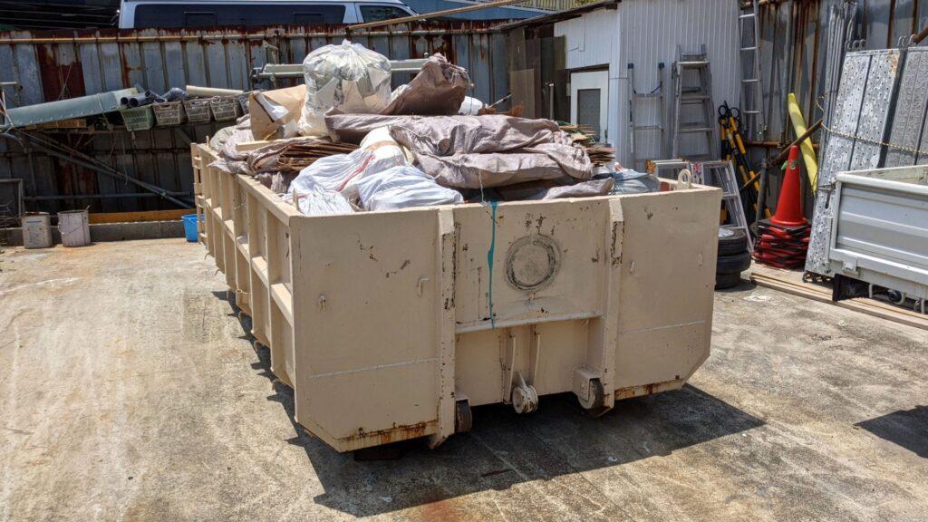 産業廃棄物を保管している画像